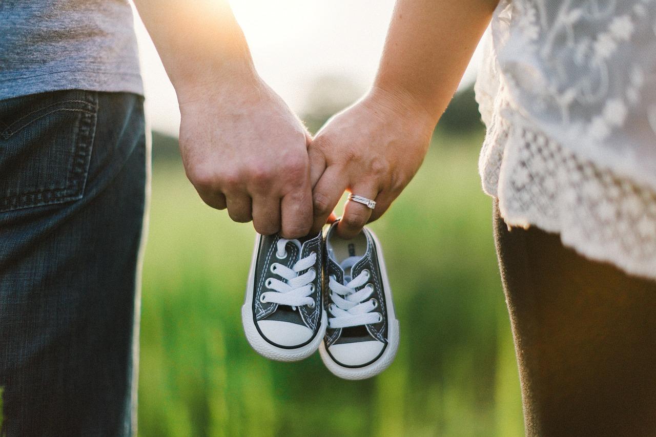 הורים מחזיקים נעליים של תינוק