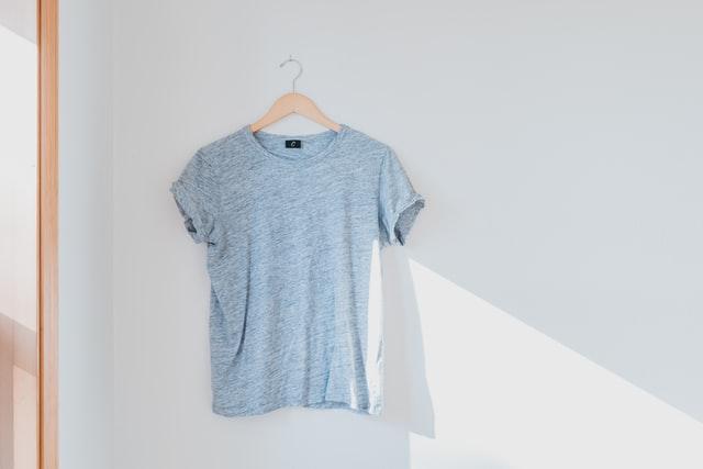 חולצה בהירה תלויה - תמונה להמחשה