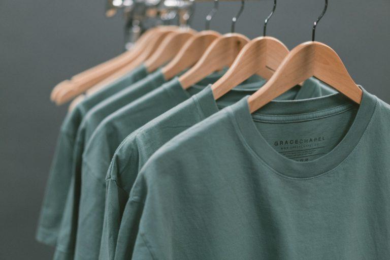 חולצות תלויות על קולב